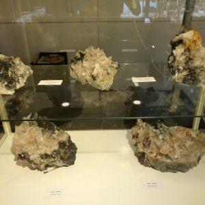 Kristallen edelstenen mineralen beurs expositie